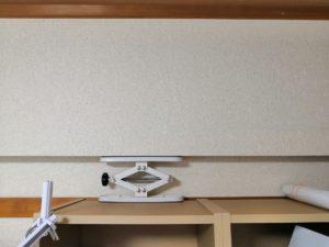 棚の転倒防止に部屋の地面と天井で固定